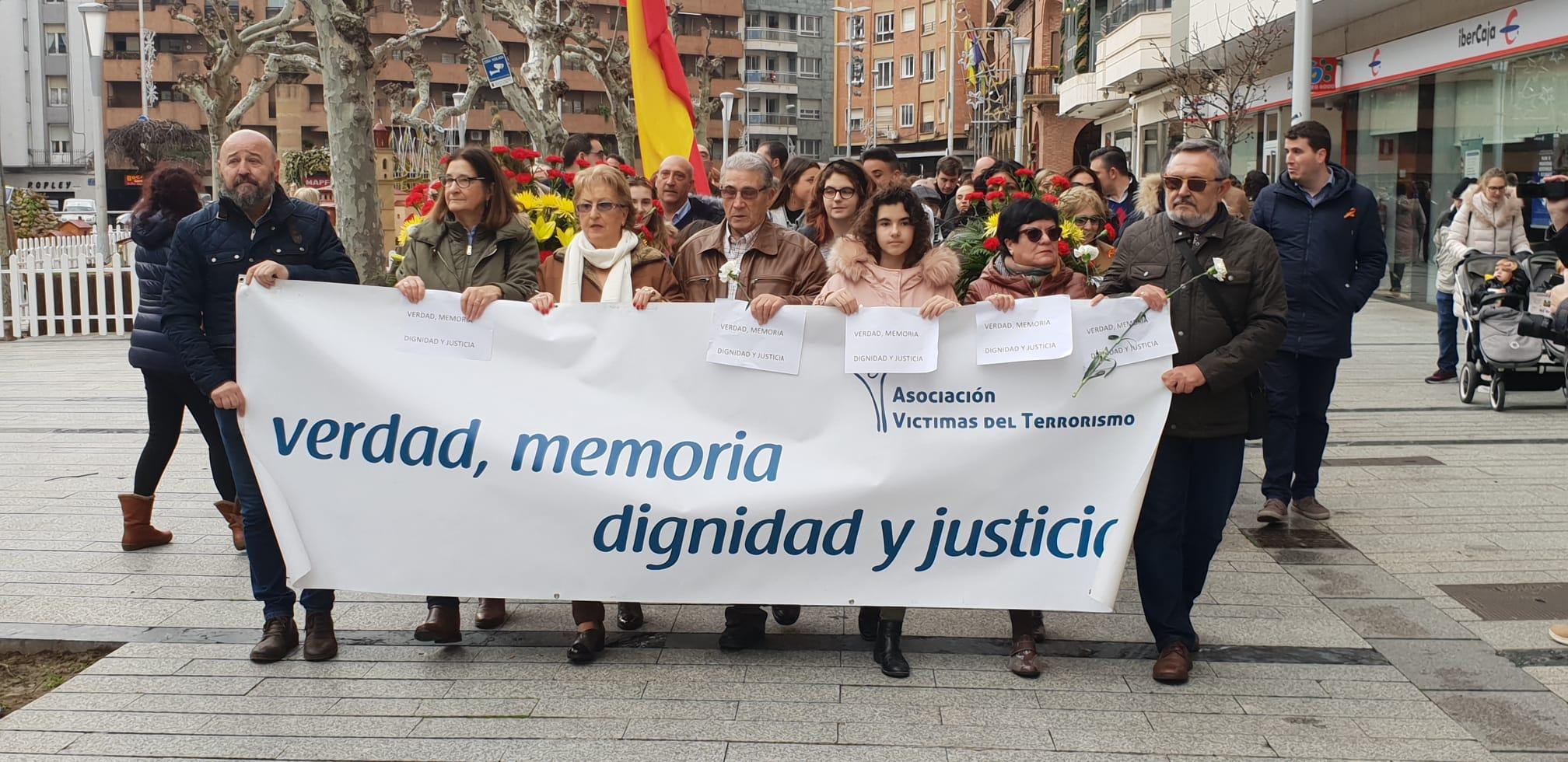 250 personas en la marcha por las víctimas del terrorismo y la Guardia Civil