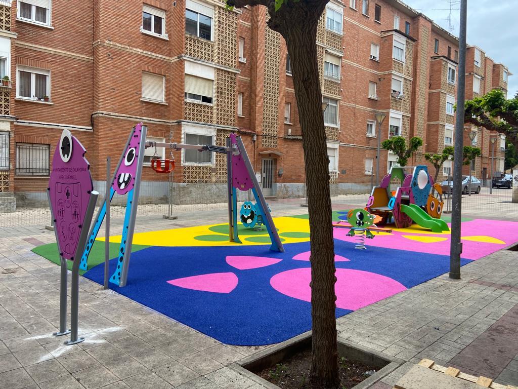 La calle Teniente Palacio cuenta con nuevos juegos infantiles